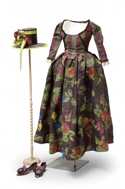 Isabelle de Borchgrave paper dress   © Alain Speltdoorn