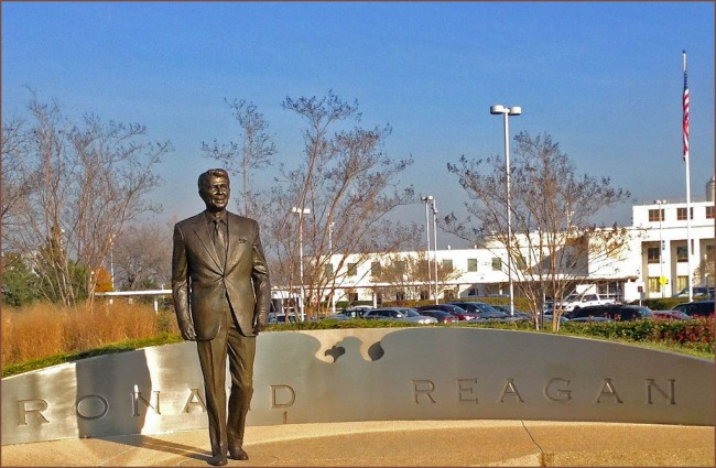Ronald Reagan Statue – (DCA) Arlington (VA) 2015© Ron Cogswell/Flickr