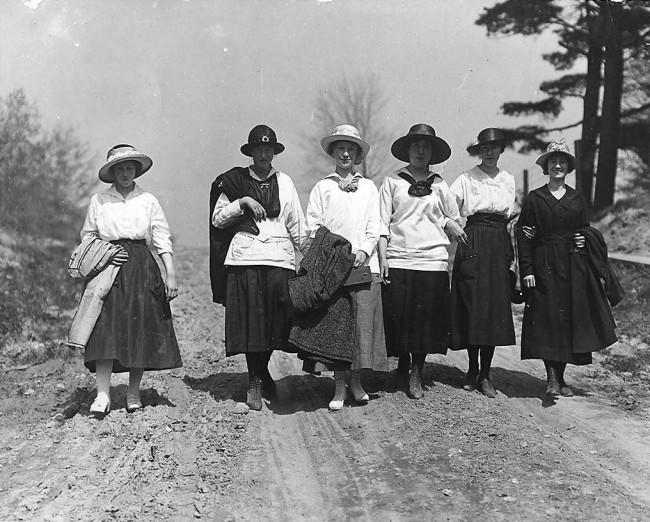 Women walking on Eglinton Avenue, Toronto, 1912 | Public Domain / Photo by William James