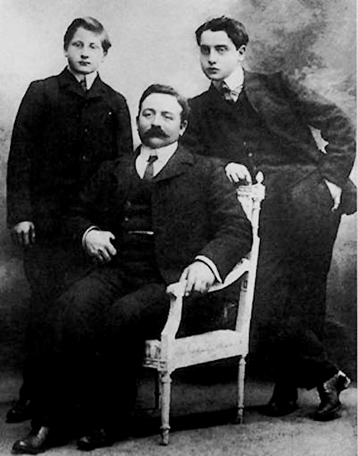Alfred Agostinelli On the Right With His Father And Brother|© WikiCommons
