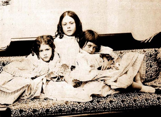 Alice Lidell and her sisters   © Alicefan / WIkiCommons