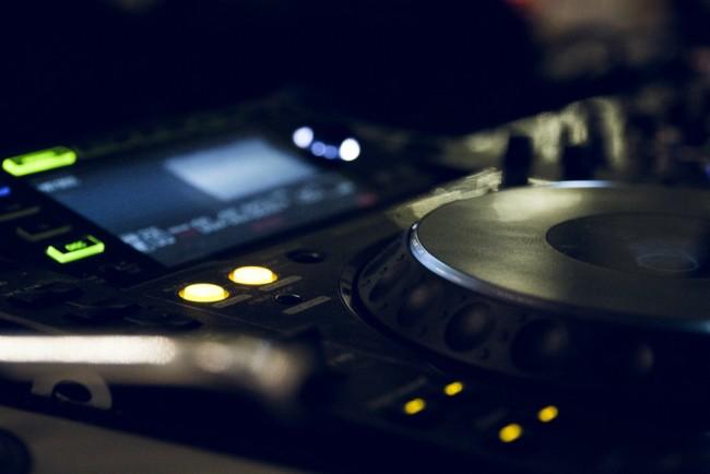 DJ | ©Dan Start / Unsplash