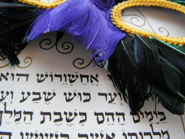 Purim Mask over Esther's Megillah | © Danny Hurwitz/Flickr
