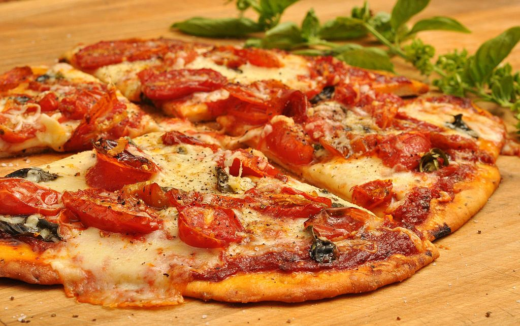 Pizza with tomatoes | © jeffreyw/WikiCommons