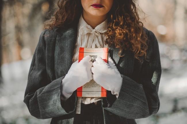 A girl holding a beloved book|© Unsplash/Pixabay
