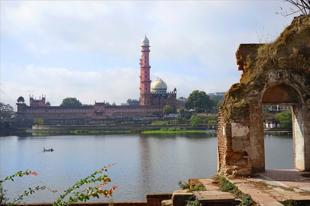 An exterior view of the mosque across the river bank|©Flickr/Jean-Pierre Dalbéra