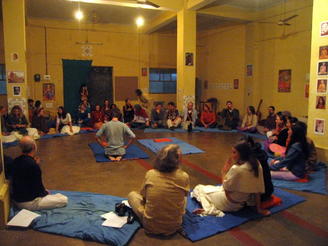 A typical Yoga Class at a School In Rishikesh ©Flickr/Ajay Tallam