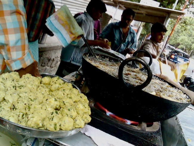 Piping hot vadas getting deep fried until crispy / ©Satish Krishnamurthy / Flickr