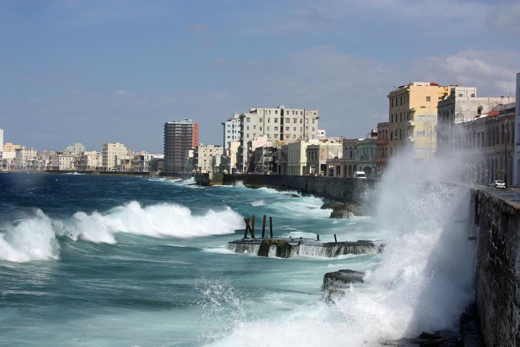 Malecón, Havana | ©neiljs/Flickr