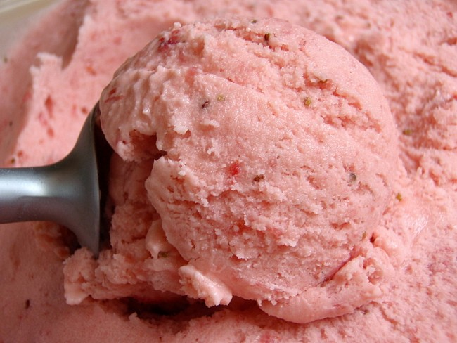 Fresh strawberry ice cream | © Joy/Flickr