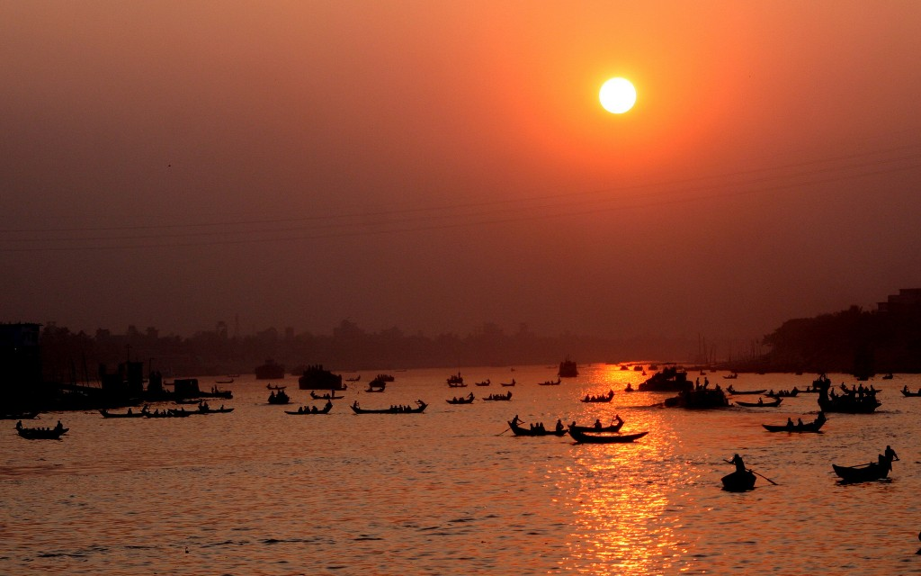 Boats crossing the Buriganga River | © Nasir Khan / Flickr