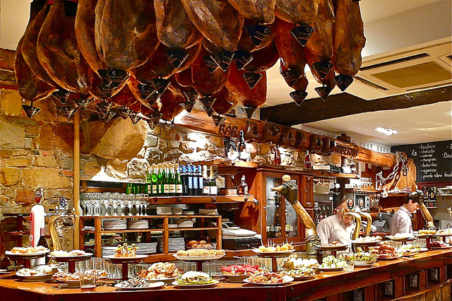 A tapas bar in San Sebastian | © Sanfamedia / Flickr