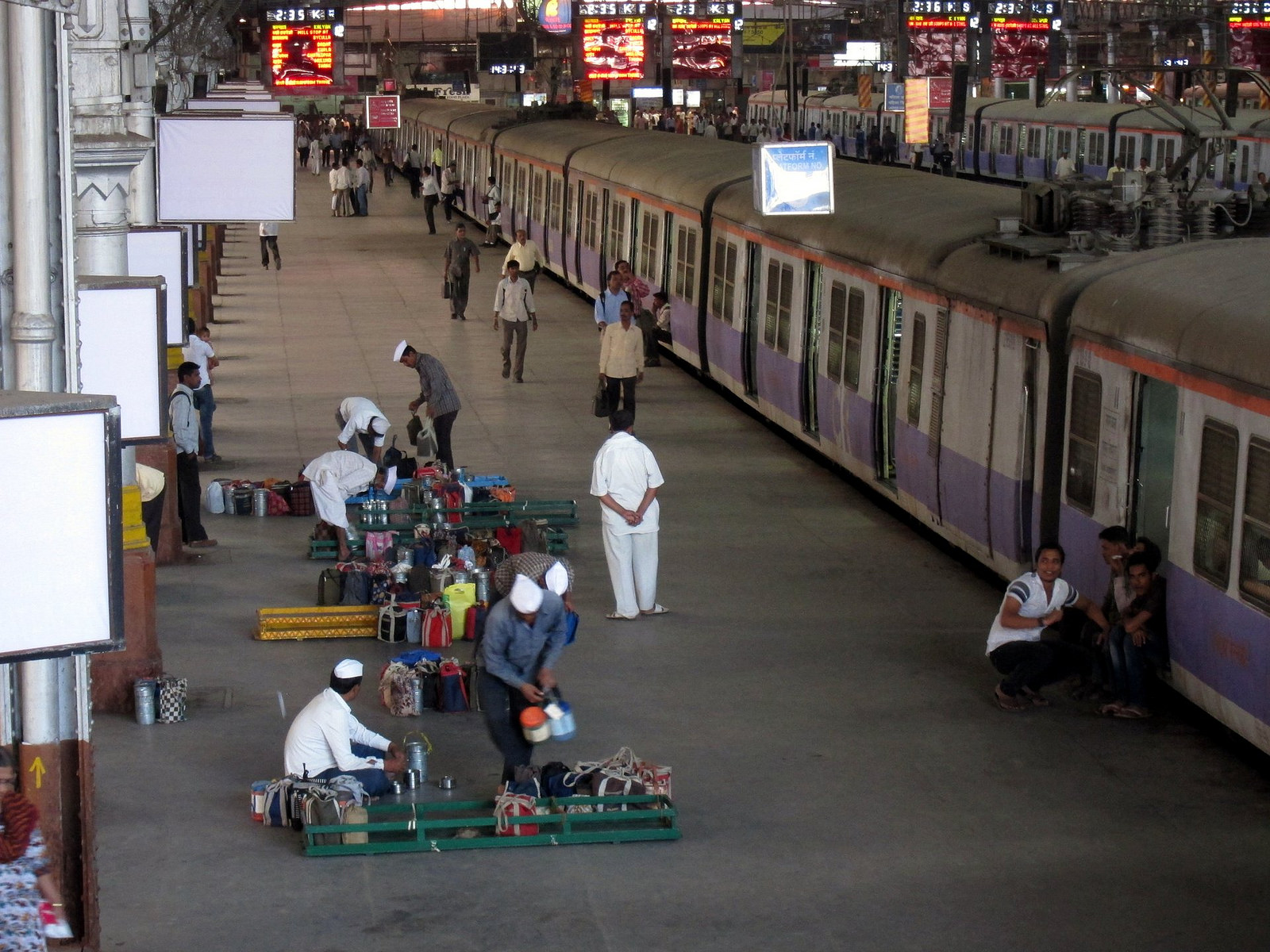 Dabbawalas in a train station | © travelwayoflife/Flickr