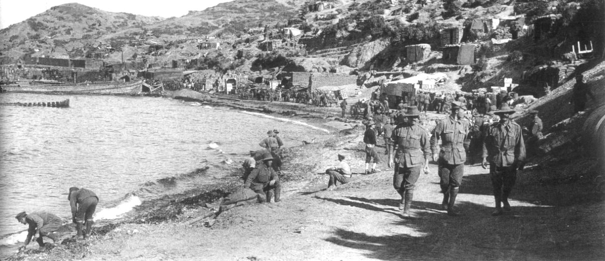 Anzac Cove after landing c. 1915 | © Great War Primary Documents Archive / WikiCommons