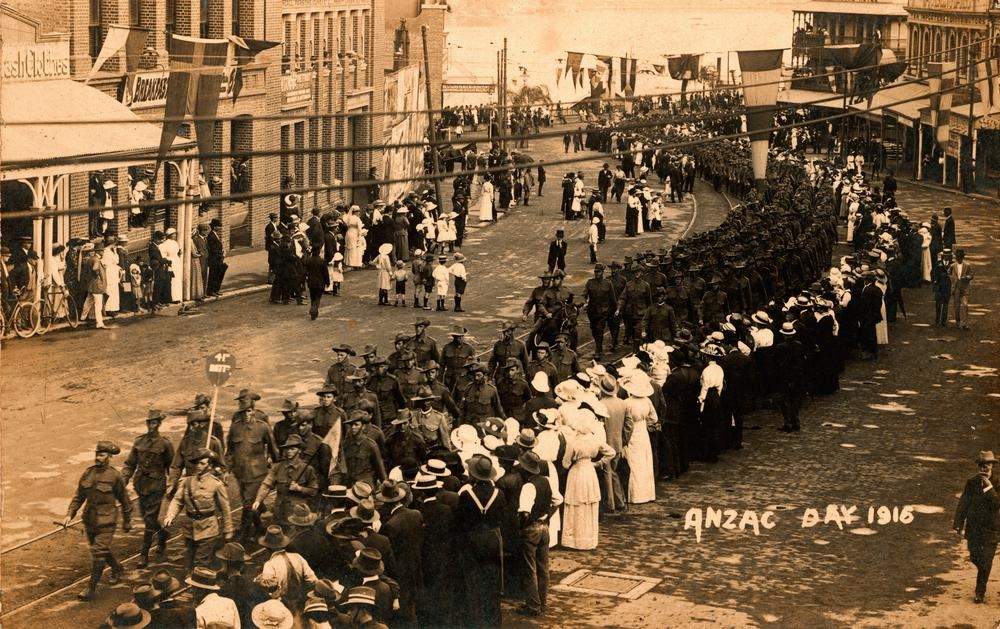 Men, women and children line the streets to watch the procession of the 41st Battalion through Brisbane on Anzac Day, 1916. | © State Library of Queensland / WikiCommons