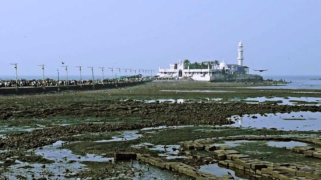 Haji Ali Dargah and its connecting road | © rollingpierrevideo