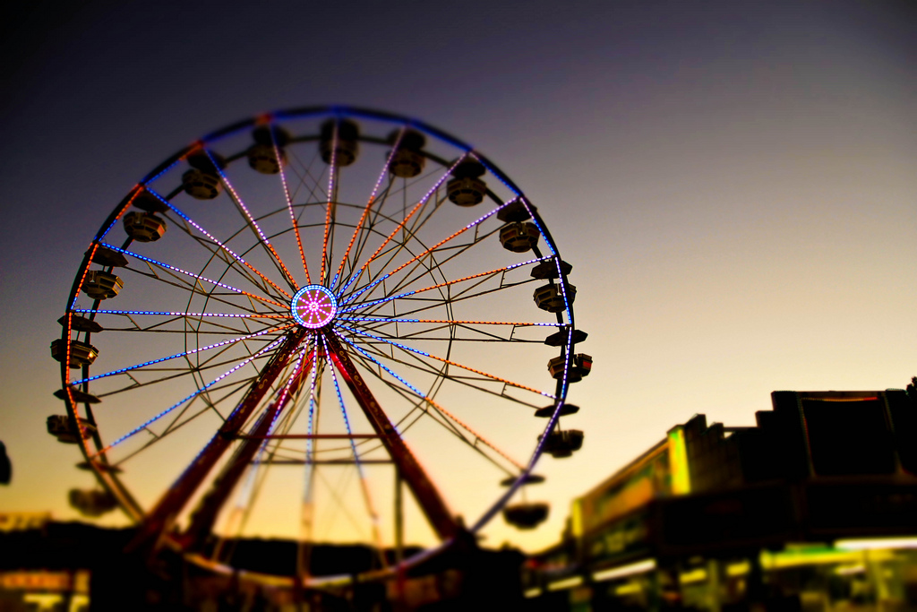 Ferris wheel at night at the Alameda County Fair | © Anna Oh/Flickr