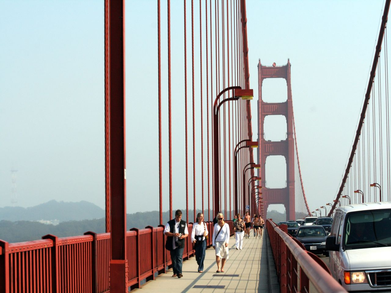 Walking Golden Gate Bridge © Jondoeforty1/Flickr