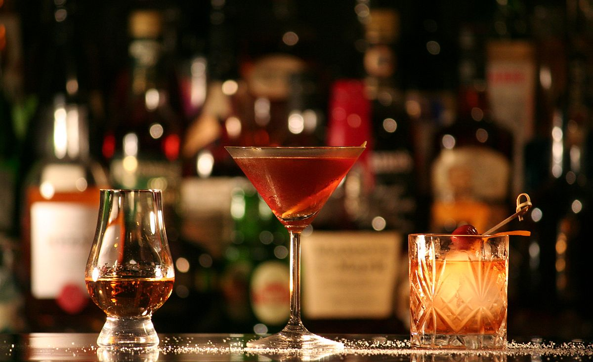 Rum in einem Nosing-Glas (links), Manhattan (Mitte) und Old Fashioned (rechts).| © Marler/wikicommons