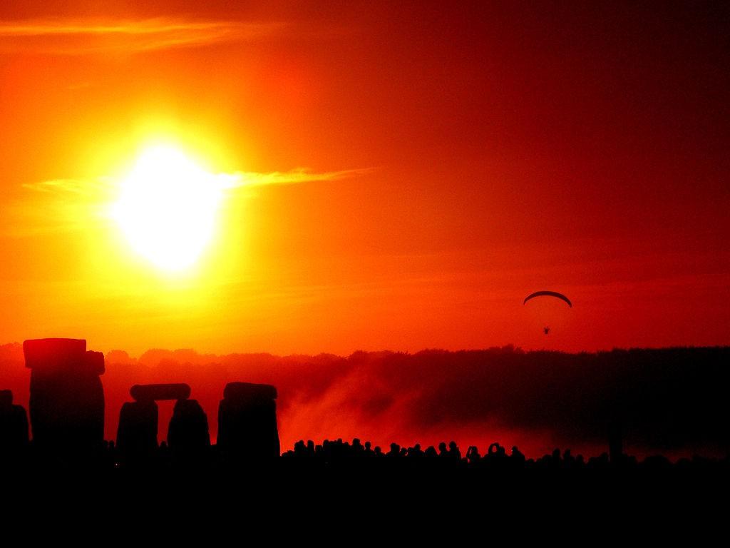 Solstice Dawn at Stonehenge   © Taro Taylor/WikiCommons