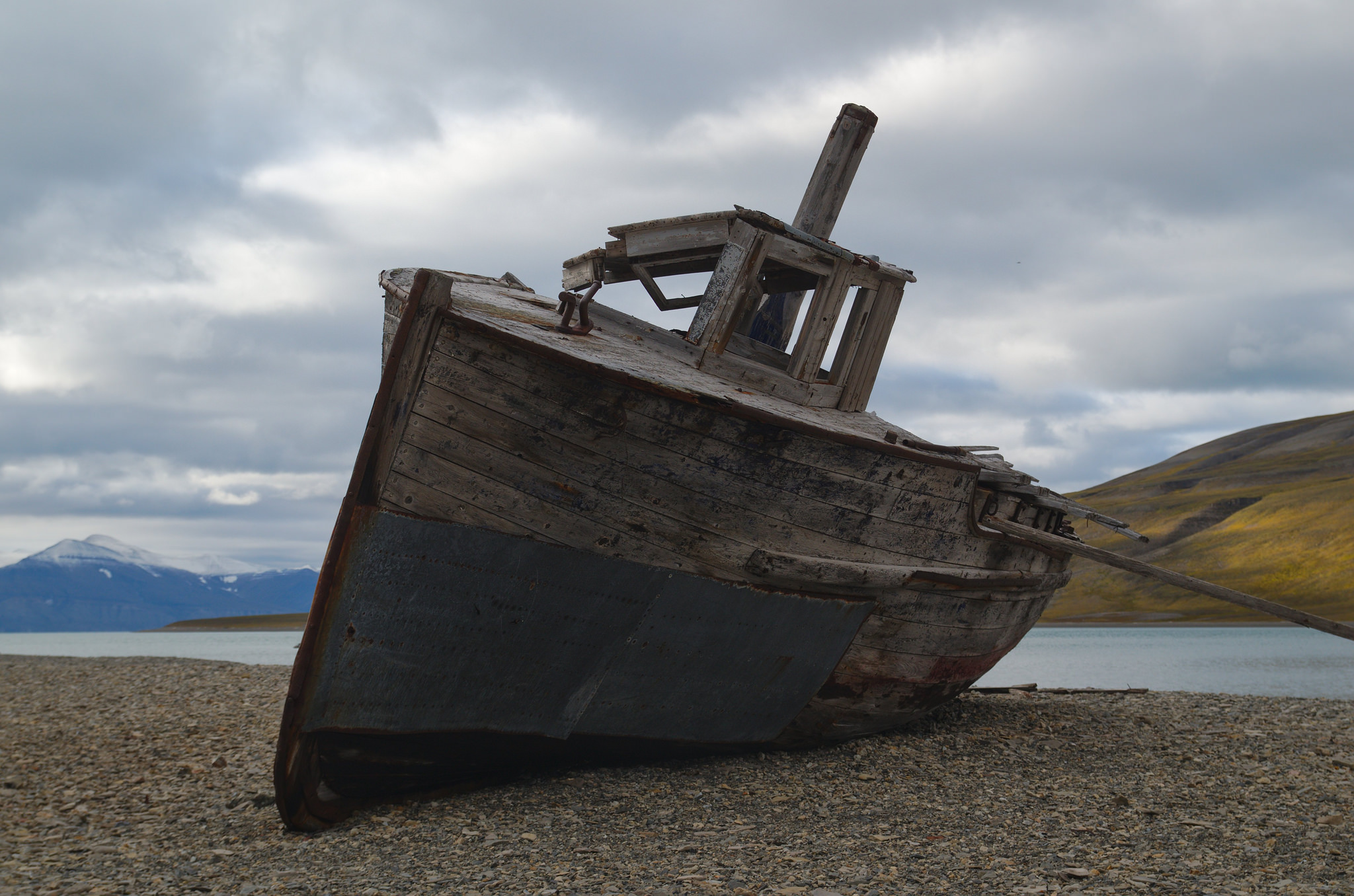 An abandoned boat on Svalbard | © Rob Oo/Flickr