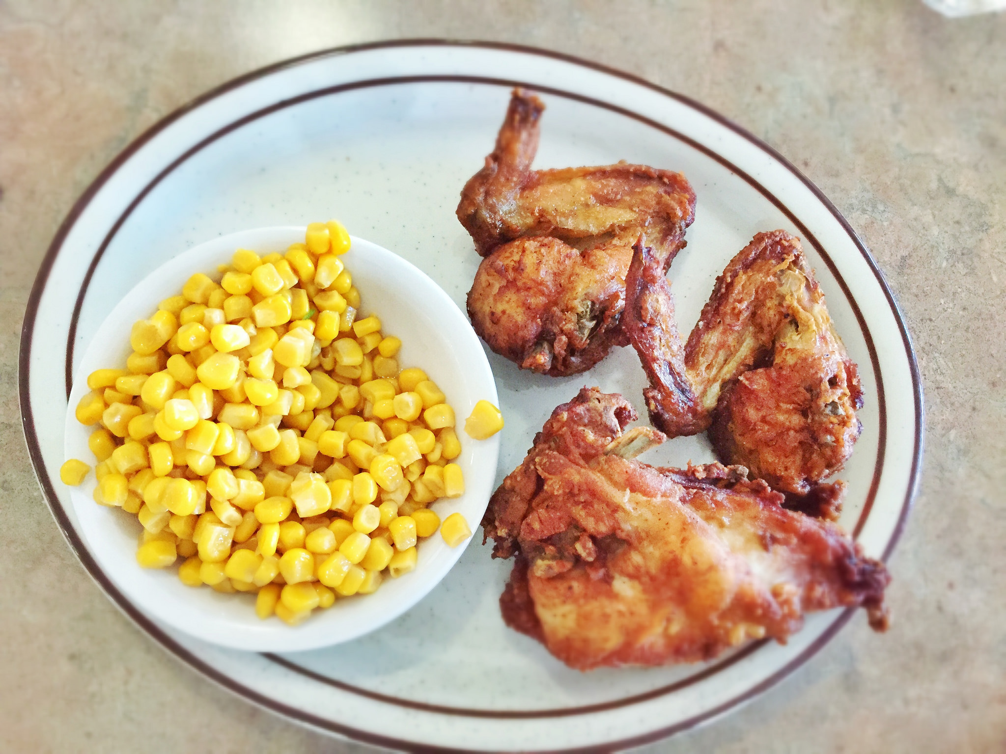 Fried Chicken and Corn at Dinah's | ©T.Tseng/Flickr