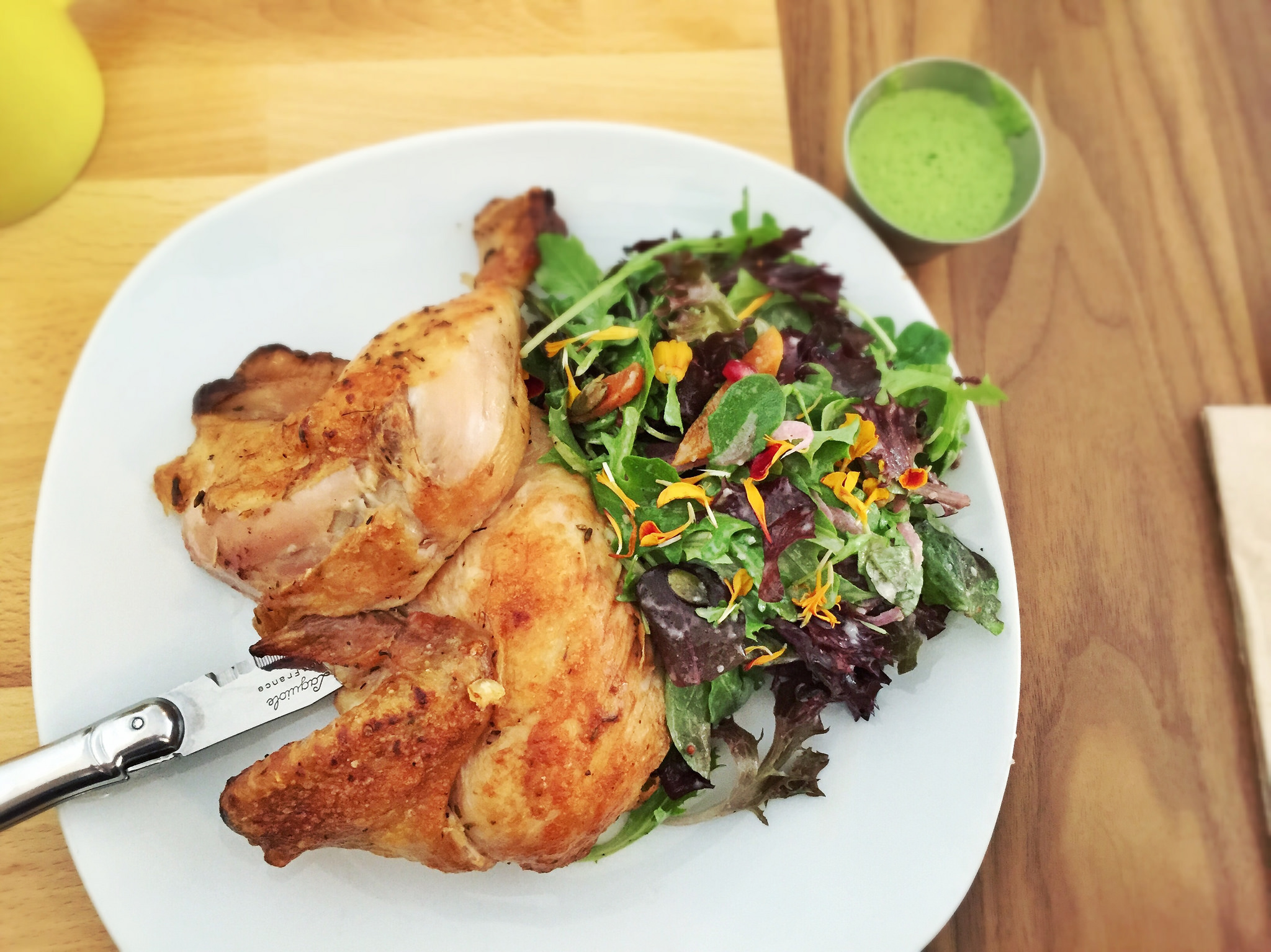 Rotisserie chicken with salad | © T.Tseng/Flickr