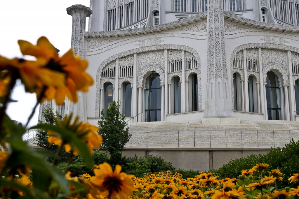 Temple and flowers | © Ashley Gorson/Flickr