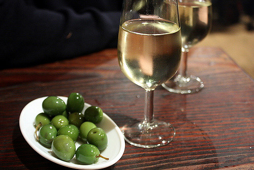 Green olives and manzanilla sherry | © Krista / Flickr