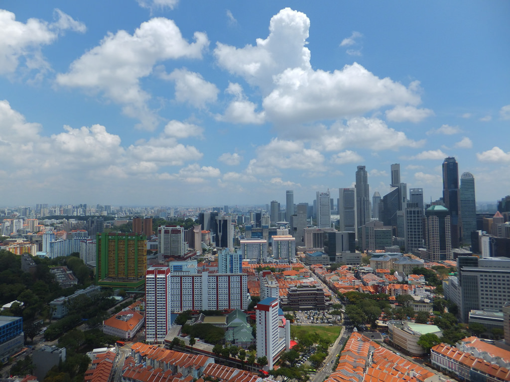 Great contrast of residential and CBD area @ Amaknow/Flickr