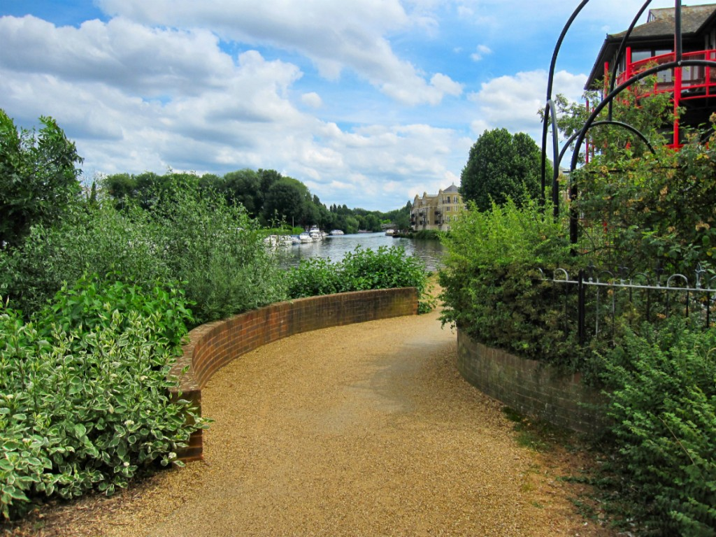 Path along the Thames, heading into Berkshire, UK | © Ronald Saunders / Flickr