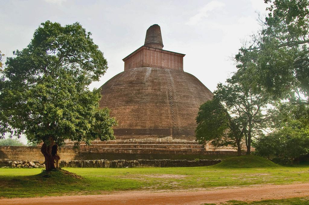 Jetawanaramaya stupa, Anuradhapura, Sri Lanka | © Hafiz Issadeen/Flickr