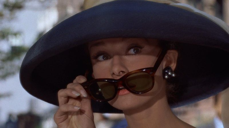 Cropped screenshot of Audrey Hepburn from Breakfast at Tiffany's (1961)|©WikimediaCommons/WikimediaCommons