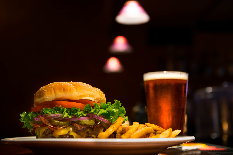 Burger and Beer | © Edward Franklin / Unsplash