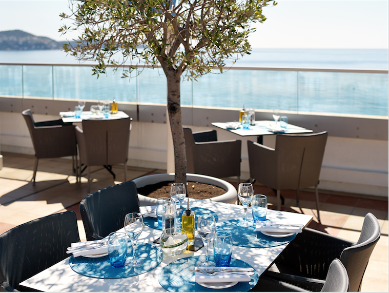 Le Pool bar and Lounge/ Courtesy of Le Radisson Blu Hotel