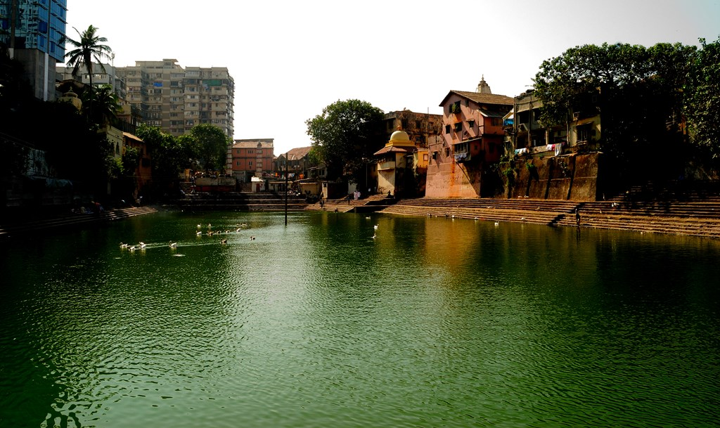 A view of Banganga, flanked on either side by temples and modern apartments ©Neehar Mishra