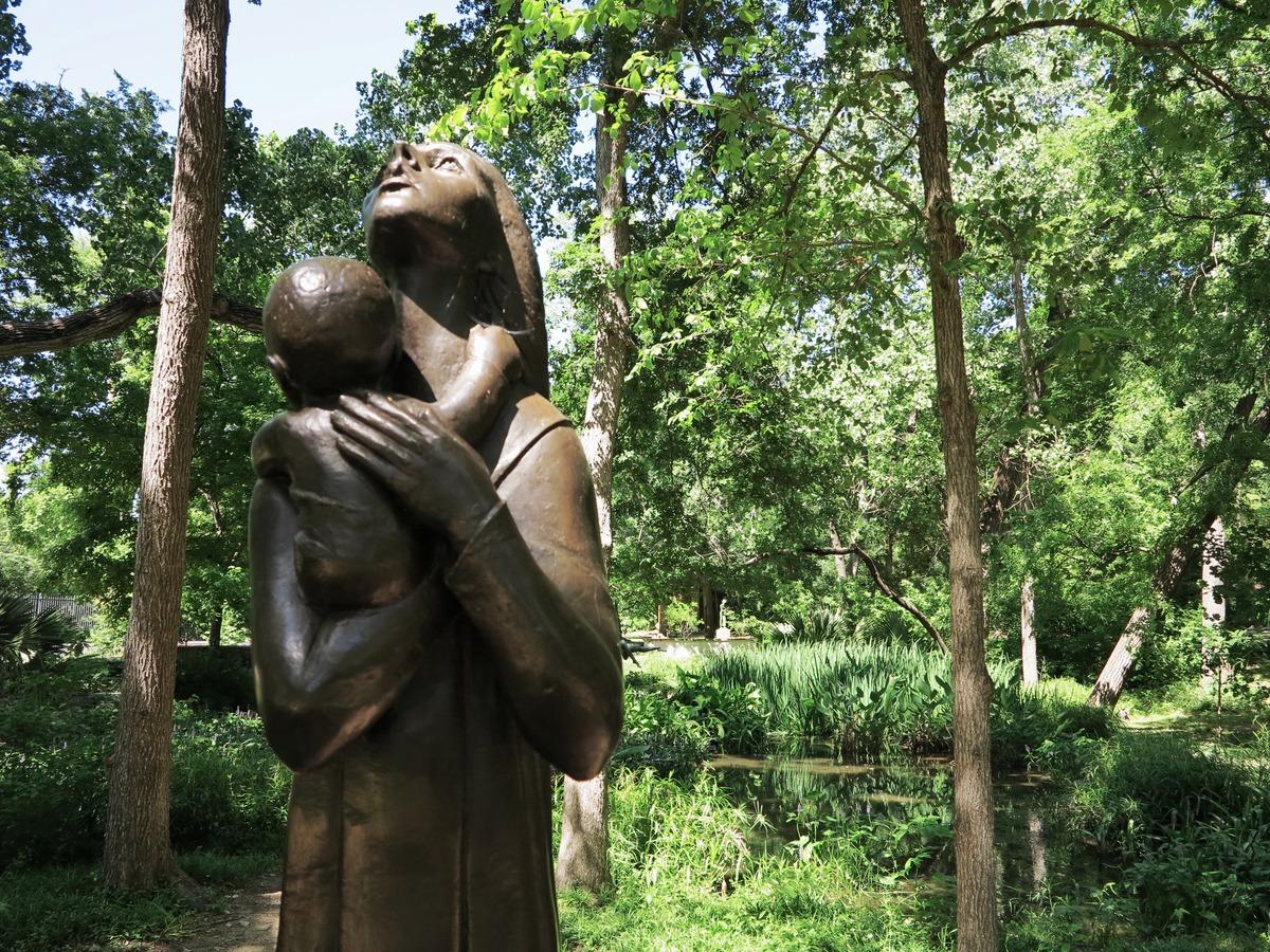 Mother and Child, by Charles Umlauf. Umlauf Sculpture Garden | © Jenaveve Hunter