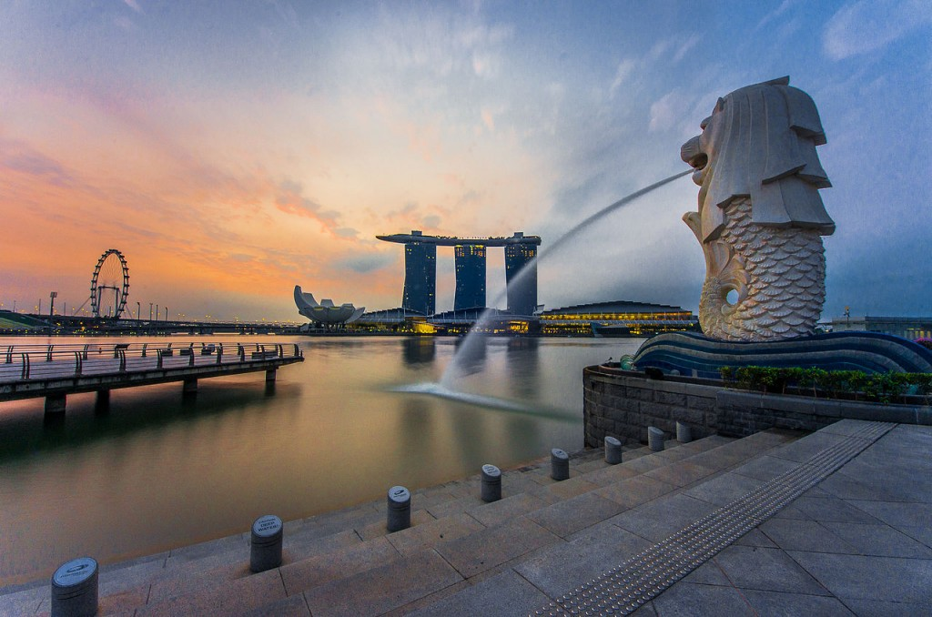 Rear view of Merlion with Marina Bay Sands in the distance © Fad3away/WikiCommons