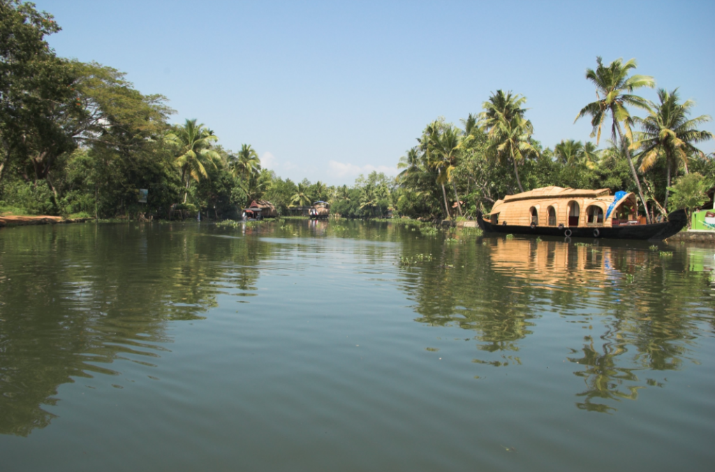 House Boat on Ashtamudi Lake near Munroe Island | © WikiMedia Commons