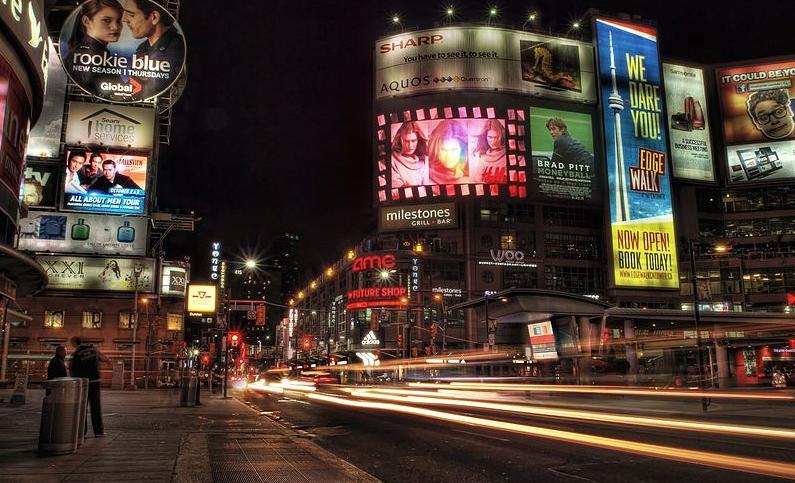 Dundas Square at Night | © Om Mistry / WikiCommons
