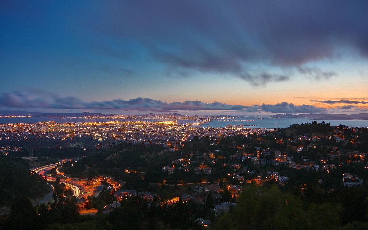 1200px-Dusk_in_the_Oakland_Hills_-_Flickr_-_Joe_Parks