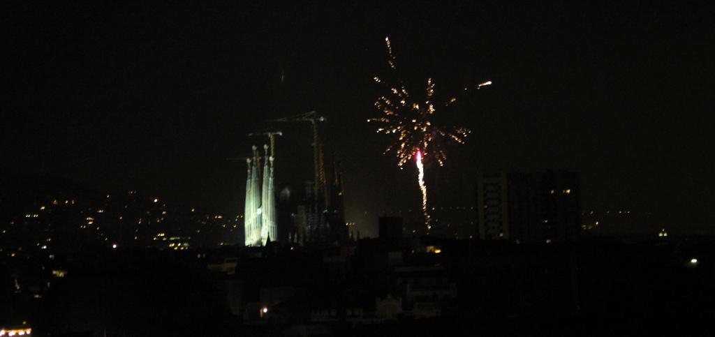 Fireworks are set off besides Barcelona's iconic Sagrada Família basilica | © Börkur Sigurbjörnsson / Flickr