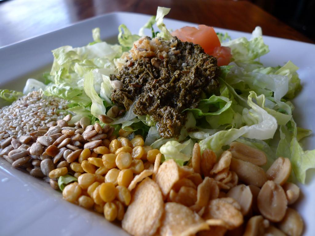 Tea Leaf Salad | © Ron Dollete/Flickr