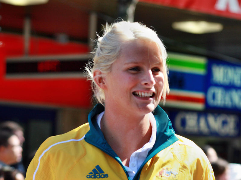 800px-2008_Australian_Olympic_team_Leisel_Jones_-_Sarah_Ewart