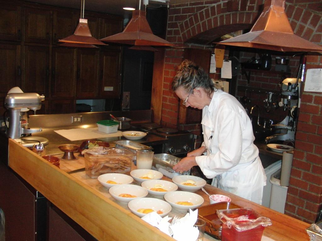 A chef at Chez Panisse prepares dessert © Eric Molina/Flickr