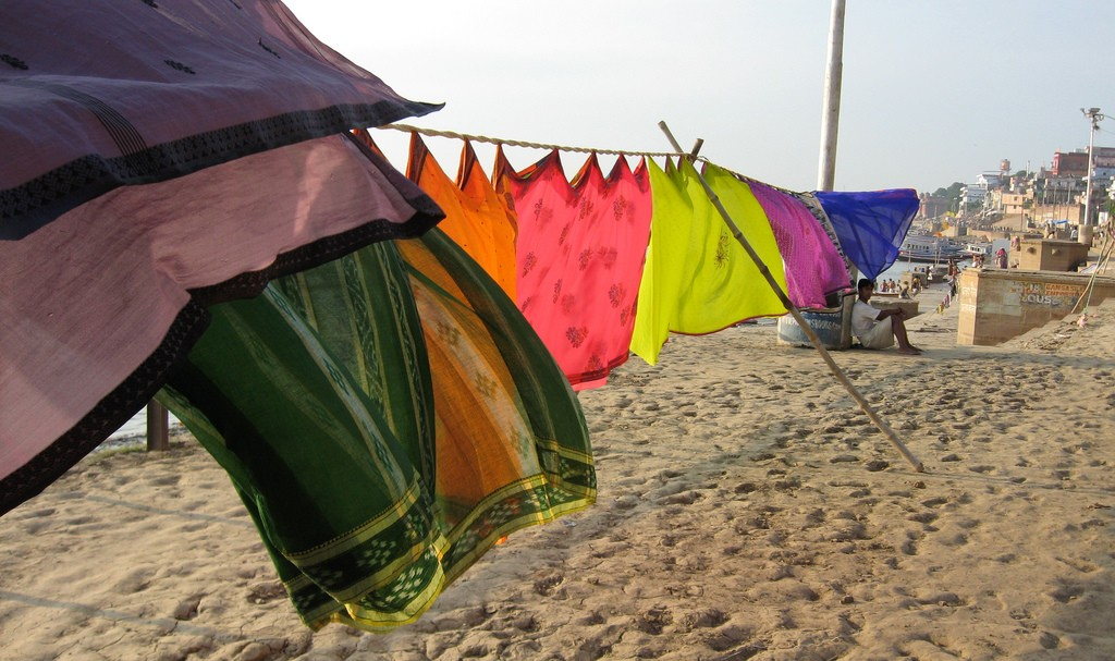Indian textiles dry by the banks of the Ganges © Volitare88 / Flickr