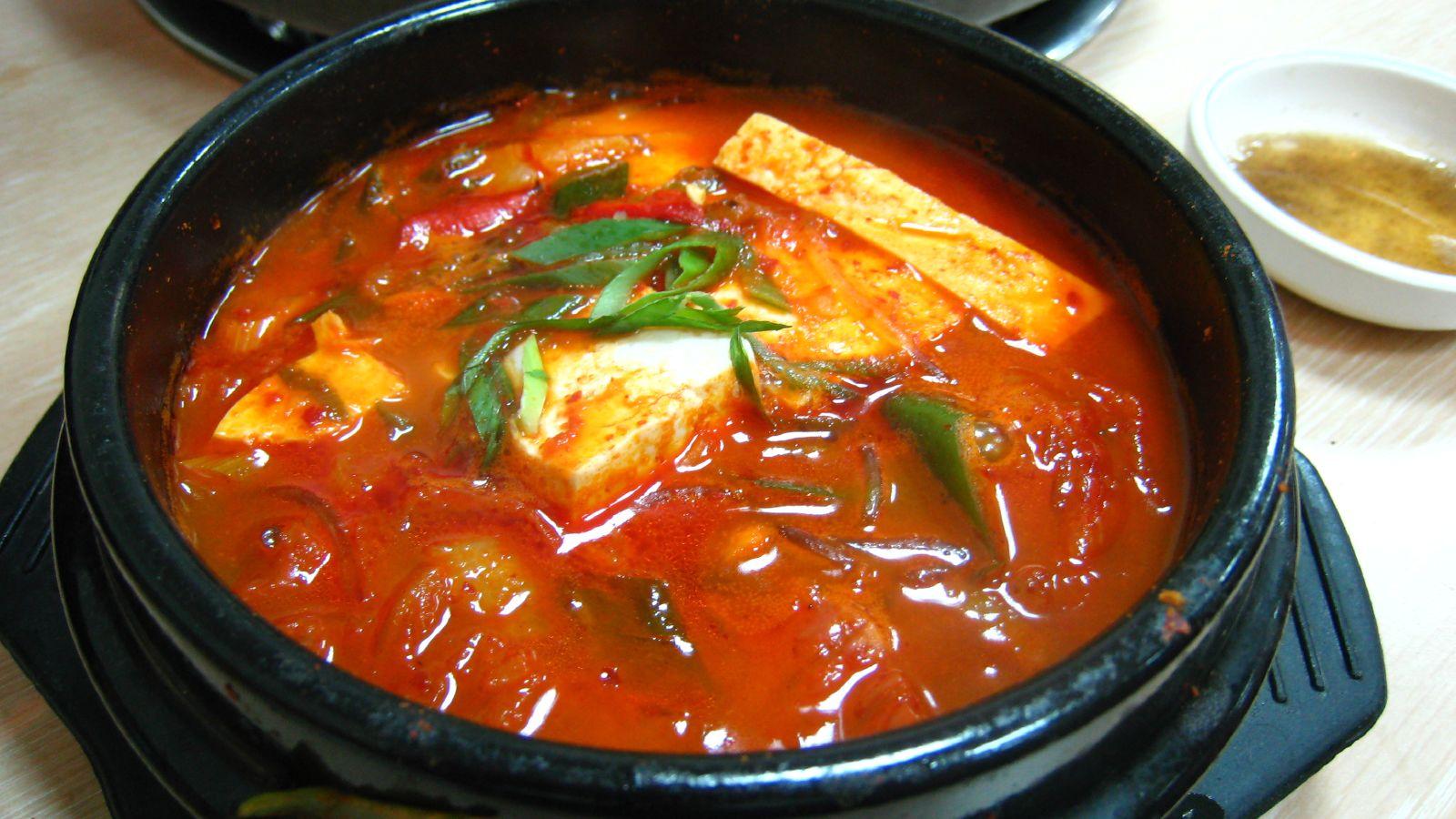 Korean stew-Kimchi jjigae-01 | © by miyagawa/WikiCommons