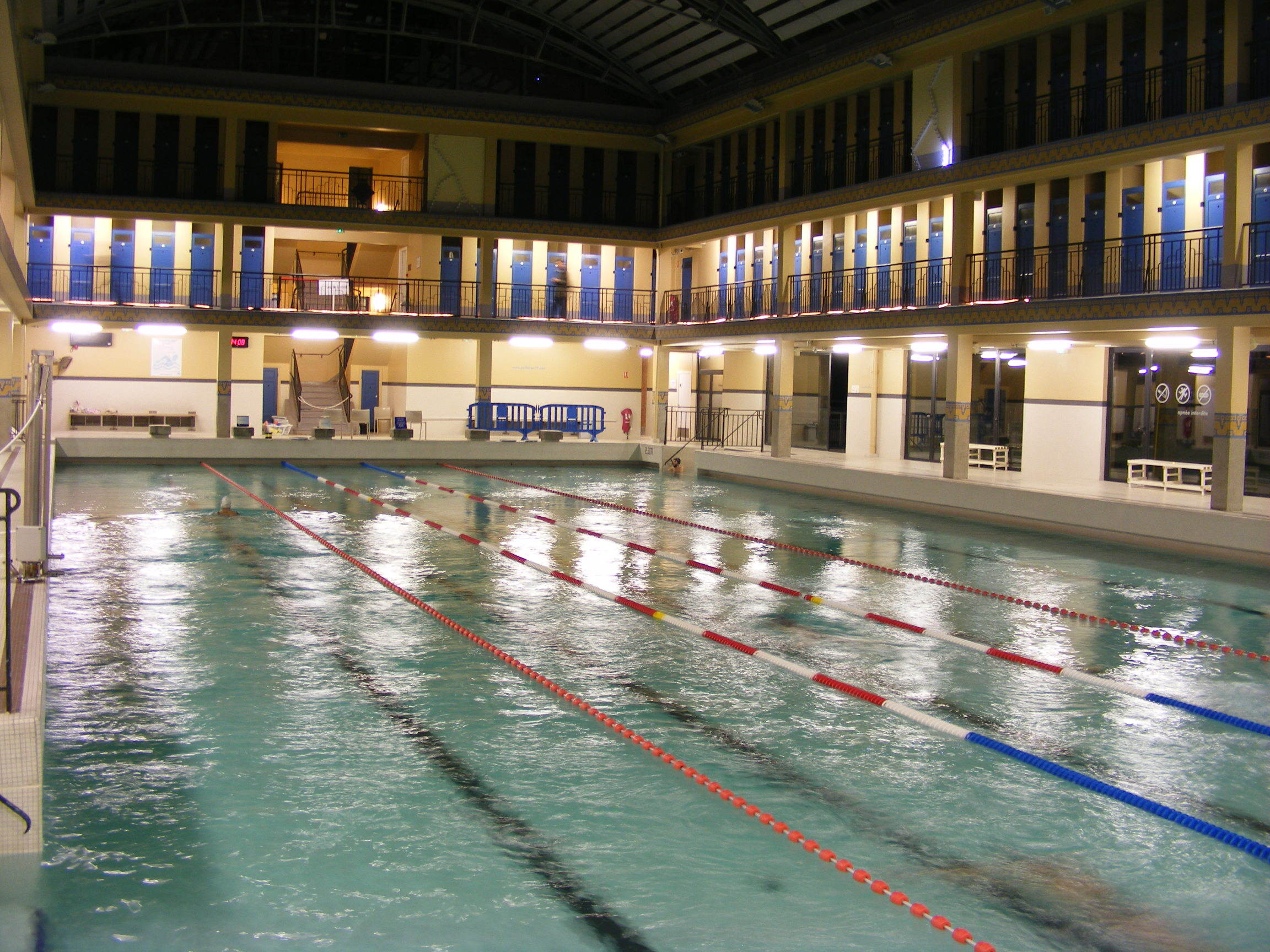 The most beautiful municipal swimming pools in paris for Piscine paris