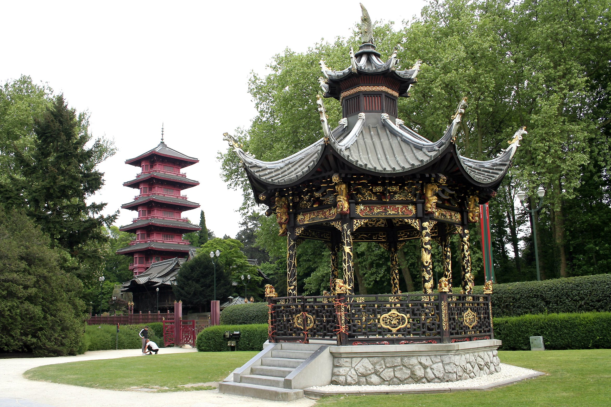 The Japanese Tower and kiosk of the Chinese Pavillion on the royal grounds | © Jean-Paul Grandmont/Wikimedia Commons