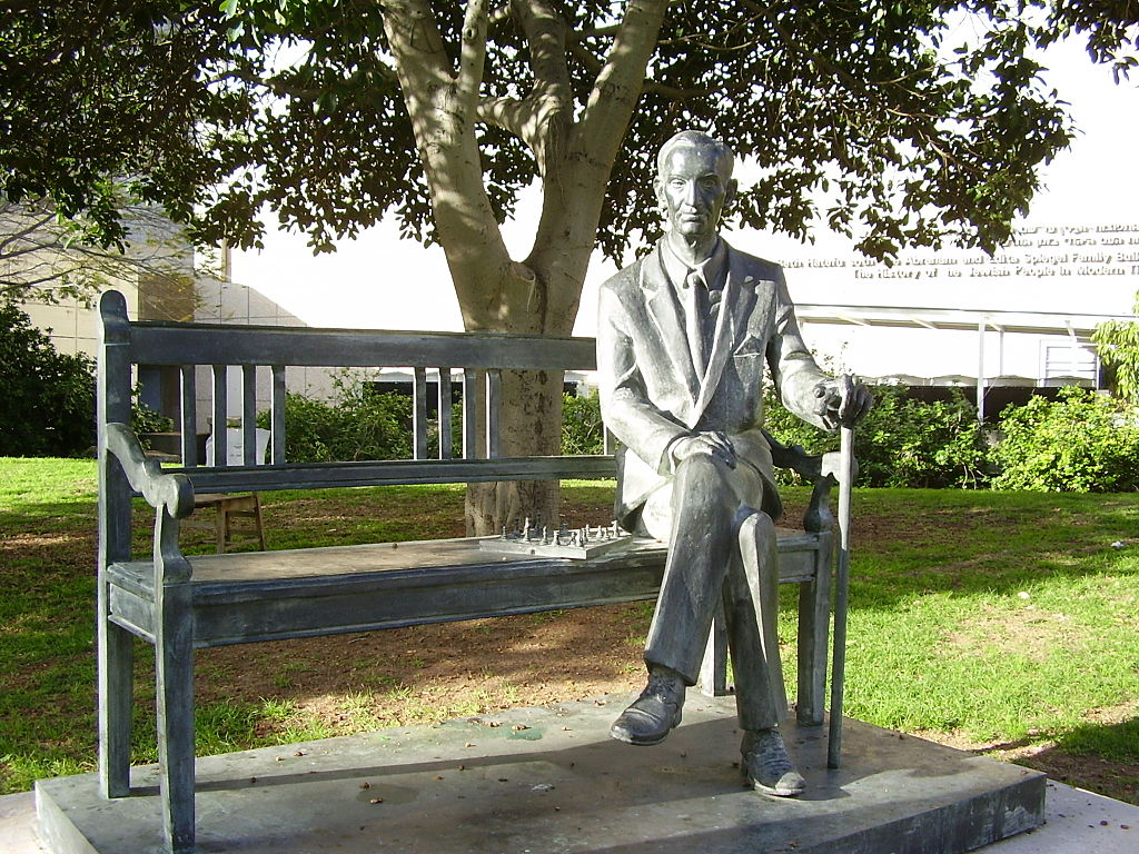 Jan Karski Statue in Tel Aviv University | © dr. avishai teicher User:Avi1111/WikiCommons